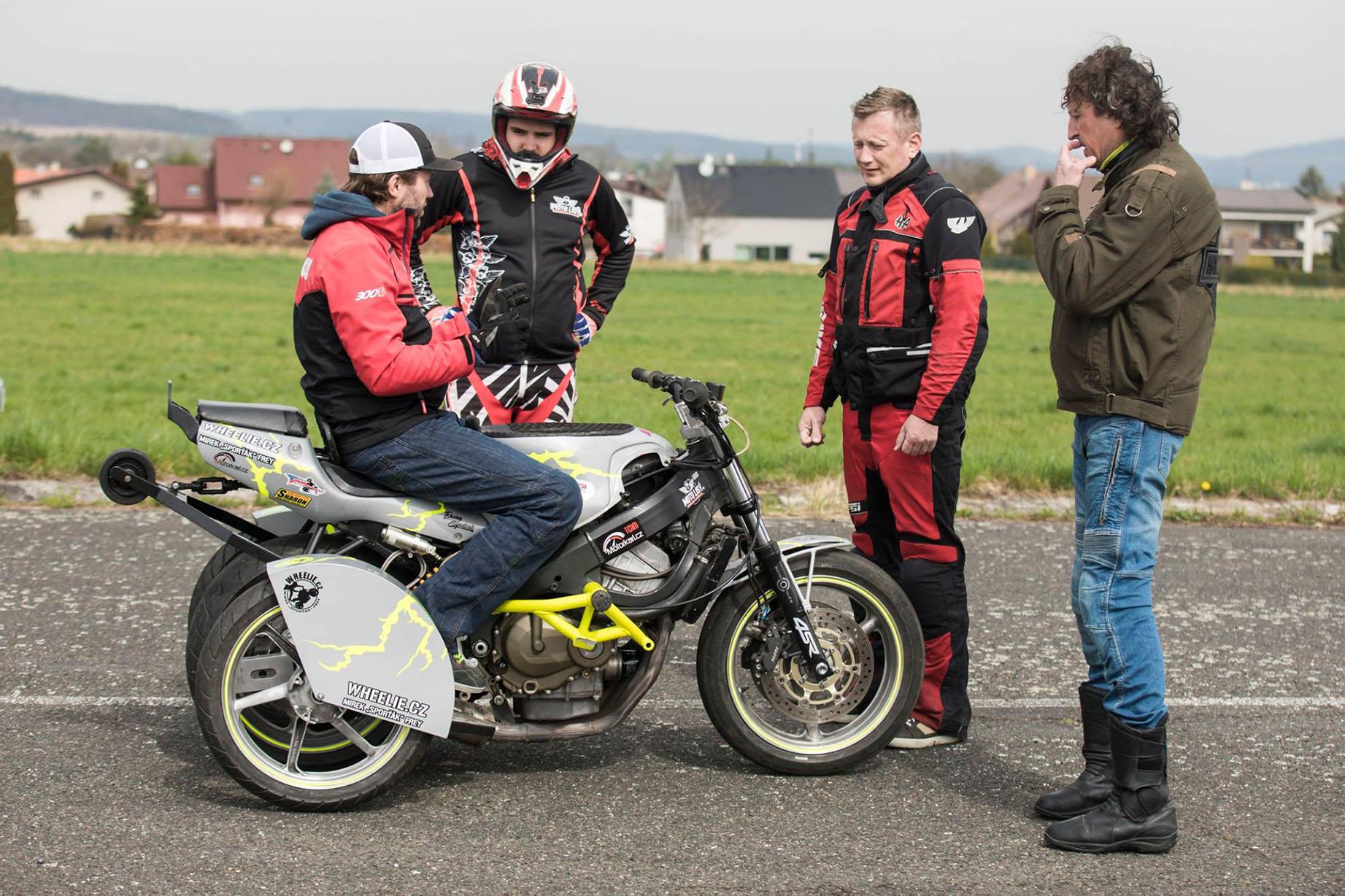 Individuální zážitkový kurz jízdy po zadním kole pro nemotorkáře pod taktovkou motokaskadéra s třináctiletou praxí